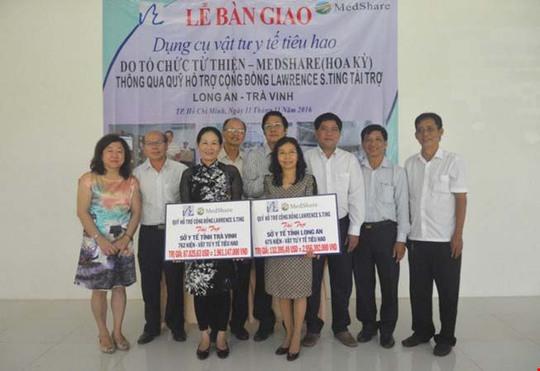 Ban Giám đốc Quỹ Lawrence S. Ting bàn giao các kiện hàng dụng cụ, vật tư y tế tiêu hao cho đại diện Sở Y tế hai tỉnh Long An và Trà Vinh