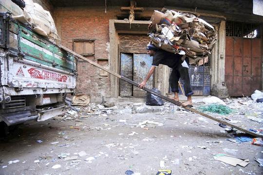 """Một cư dân làm việc bên trong """"thành phố rác"""" Ảnh: NARRATIVE.LY"""