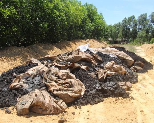 Rác thải có nguồn gốc từ nhà mà Formosa chôn lấp trái phép tại phường Sông Trí, TX Kỳ Anh - Ảnh: Dũng Nguyễn