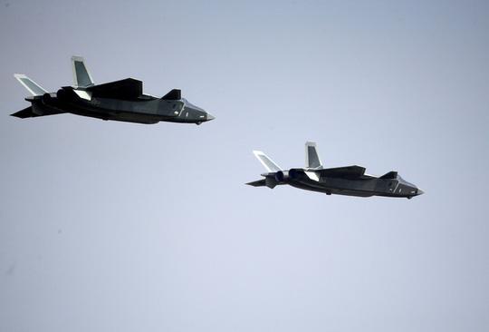 Hai chiếc máy bay J-20 biểu diễn tại buổi triển lãm. Ảnh: Reuters