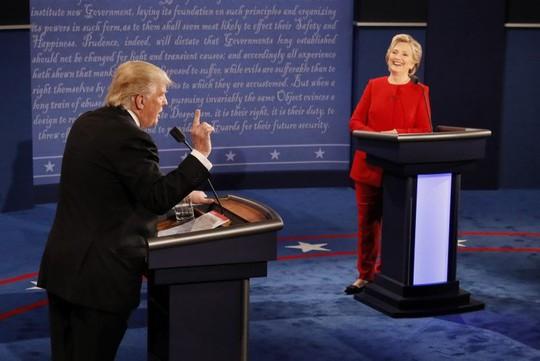 Hai ứng cử viên tổng thống trong buổi tranh luận đầu tiên hôm 26-9. Ảnh: REUTERS