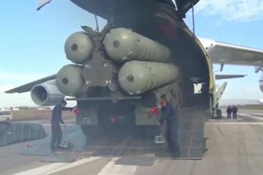 Hệ thống phòng không S-400 được đưa lên máy bay chuyên chở. Ảnh: REUTERS