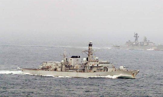 Tàu khu trục Nga Yaroslav Mudry được Hải quân Hoàng gia Anh hộ tống. Ảnh: Reuters