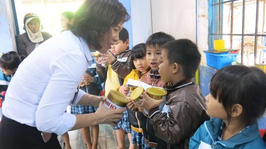 Bà Trần Thị Minh Nguyệt, Phó chủ tịch HĐQT NutiFood tặng sữa cho các cháu mẫu giáo xã An Hiệp