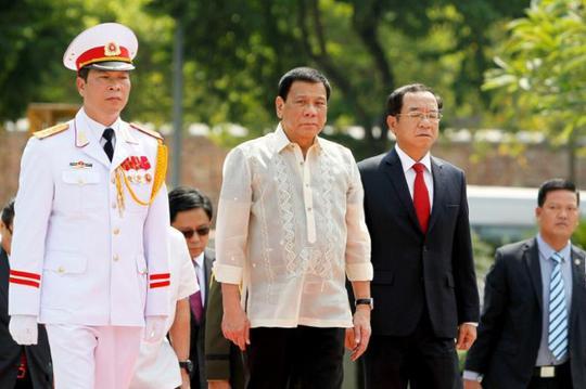 Tổng thống Philippines Rodrigo Duterte trong chuyến thăm Việt Nam ngày 29-9. Ảnh: REUTERS