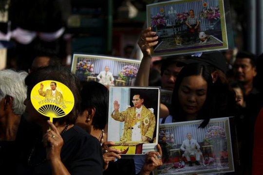 Người dân Thái Lan tập trung bên ngoài Đại hoàng cung để tỏ lòng tôn kính đức vua. Ảnh: REUTERS
