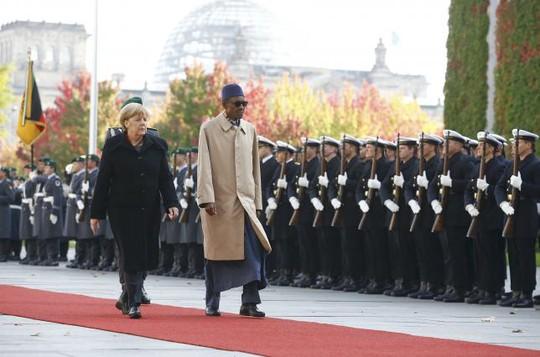 Tổng thống Nigeria Muhammadu Buhari và Thủ tướng Đức Angela Merkel hôm 14-10. Ảnh: Reuters