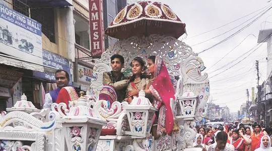 Cô bé Aradhana Samdhariya và cha mẹ trong lễ rước mừng kết thúc lễ nhịn ăn. Ảnh: Express