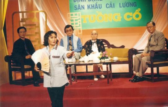 NSND Kim Cương diễn thị phạm trình thức vũ đạo tuồng cổ (vai Điêu Thuyền) trong buổi tọa đàm Sân khấu cải lương tuồng cổ có sự góp mặt của: NSND Bảy Nam, Đinh Bằng Phi và Thanh Tòng.