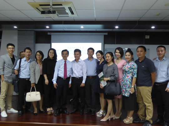 Doanh nhân Việt kiều chụp hình lưu niêm cùng với ông David Dương, chủ đầu tư của Khu Liênhợp Đa Phước