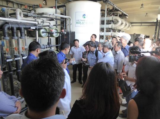 Doanh nhân Việt kiều tham quan nhà máy xử lý nước rỉ rác tại Khu Liên hợp Đa Phước
