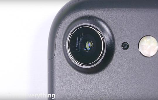 iPhone 7 không còn trang bị kính sapphire như trước đây? Ảnh: JerryRigEverything
