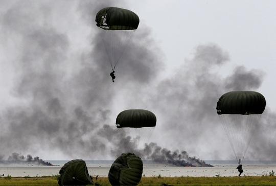 Binh sĩ Indonesia tập trận ở quần đảo Natuna hôm 6-10 Ảnh: Reuters