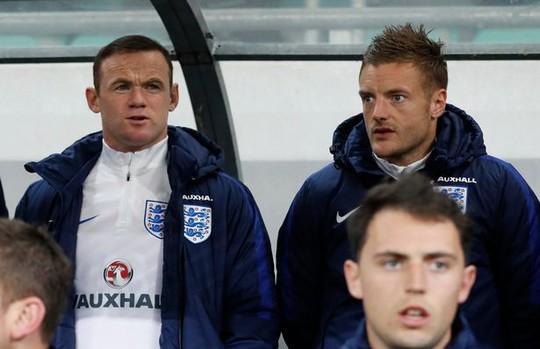 Rooney dự bị ở tuyển Anh
