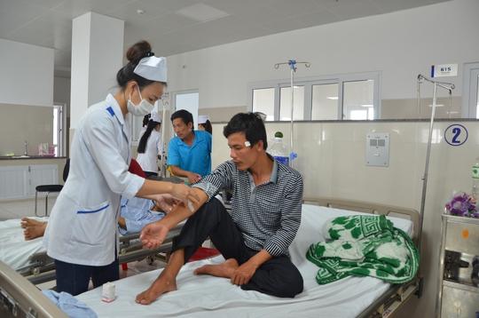 Anh Hoạt được chăm sóc tại bệnh viện sau khi sống sót