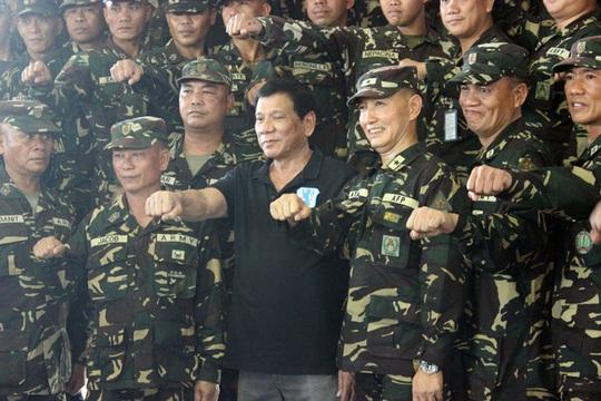 Tổng thống Rodrigo Duterte và binh sĩ Philippines tại Gamu, tỉnh Isabela hôm 17-9 Ảnh: Rappler