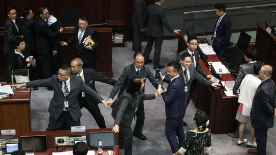 Các nghị sĩ đụng độ trong phiên bầu chủ tịch mới của LegCo chiều 12-10 Ảnh: SCMP