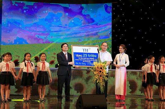 Lãnh đạo tập đoàn TH cam kết tặng 25 triệu ly sữa tươi học đường (tương đương 200 tỉ đồng) vào tài khoản Sữa học đường - Vì tầm vóc Việt