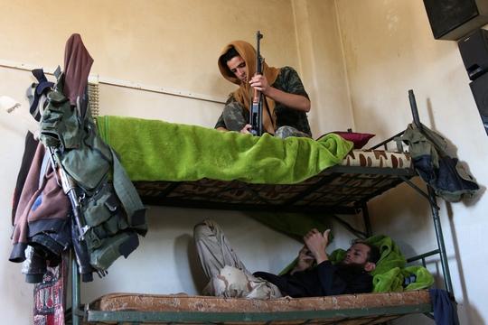 Các tay súng nổi dậy tại Jubata al-Khashab thuộc tỉnh Quneitra, miền Nam Syria hôm 11-9 Ảnh: Reuters