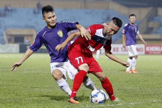 Tiền vệ Quang Hải (trái) đã có một mùa giải ấn tượng cùng Hà Nội T&T