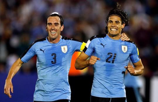 Cavani (phải) ăn mừng cú đúp vào lưới Venezuela