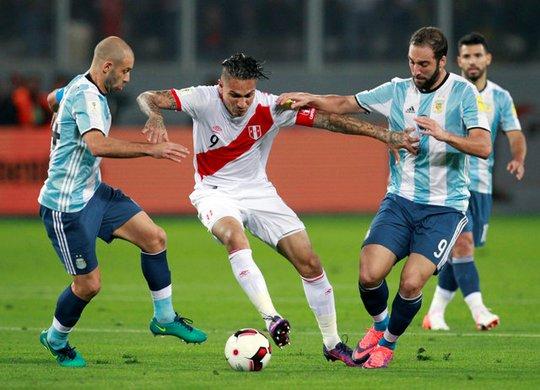 Mascherano (trái) chơi hay cả trận nhưng dở trong 1 giây