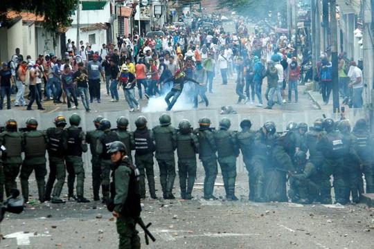 Tại San Cristobal, người biểu tình đeo mặt nạ ném đá, bom xăng trong cuộc đụng độ với lực lượng an ninh. Ảnh: Reuters