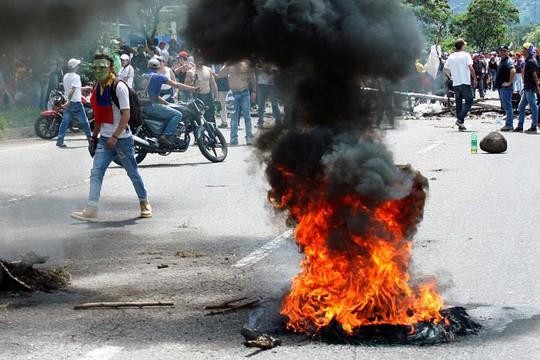 Người biểu tình ném bom xăng. Ảnh: Reuters
