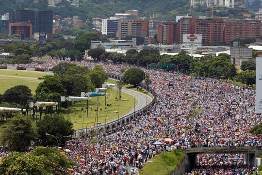 Hàng trăm ngàn người tuần hành ở Venezuela. Ảnh:Reuters