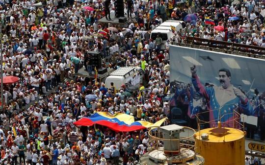 Những người biểu tình phản đối chính quyền ông Maduro. Ảnh: Reuters