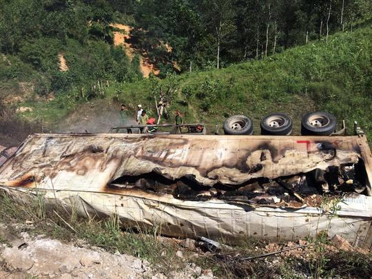 Các cơ quan chức năng có mặt dập tắt đám cháy