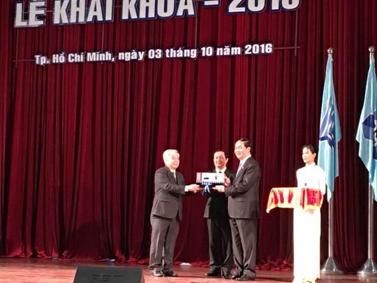 Lãnh đạo ĐHQG TP HCM tặng quà cho Chủ tịch nước