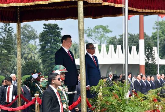 Tổng thống Bangladesh Abdul Hamid (phải) và Chủ tịch Trung Quốc Tập Cận Bình tại lễ đón ở Dhaka hôm 14-10 Ảnh: Tân Hoa Xã
