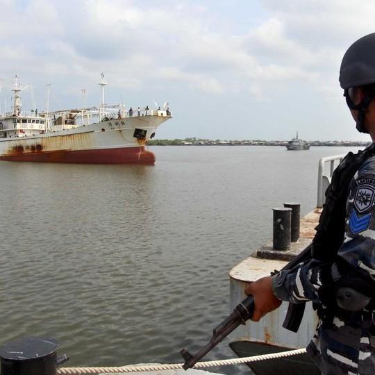 Một tàu cá Trung Quốc bị bắt giữ. Ảnh: SOHU