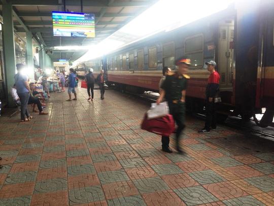 Nhiều đoàn tàu phải dừng lại ga Nha Trang do đường sắt tê liệt