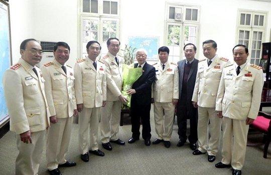 Đảng ủy Công an Trung ương, lãnh đạo Bộ Công an chúc mừng Tổng Bí thư Nguyễn Phú Trọng tái đắc cử - Ảnh: CAND