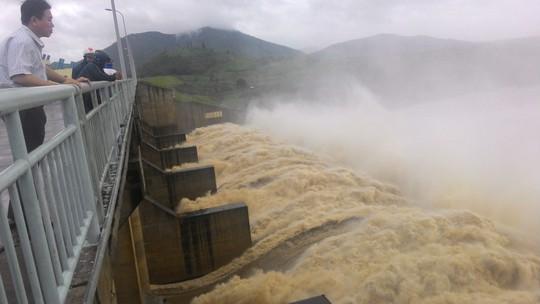 Thủy điện Sông Ba Hạ xả lũ với lưu lượng 10.000m3/giây