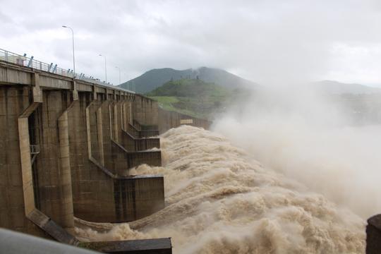 Thủy điện xả lũ lớn nhất 7 năm qua, Phú Yên ngập nặng