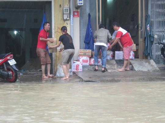 Nhiều gia đình ở TP Tuy Hòa vội vã chuyển đồ đạc khi lũ lên nhanh