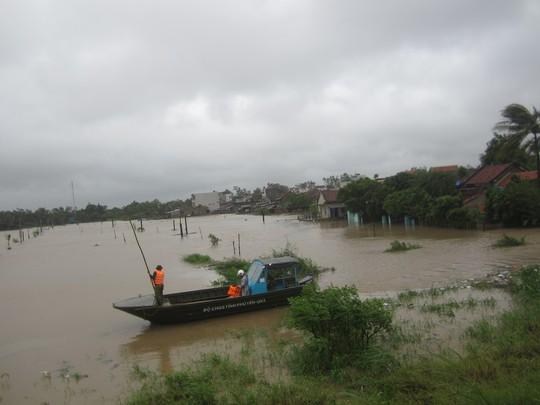 Lực lượng cứu hộ trực tại các khu dân cư giúp người dân tránh lũ