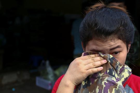 Một lao động nhập cư khóc trong cuộc bố ráp ở khu chợ Thái Lan hôm 27-9. Ảnh: Reuters
