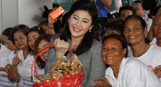 Bà Yingluck Shinawatra (giữa) và những người ủng hộ tại Tòa án Tối cao hôm 7-10 Ảnh: Bangkok Post