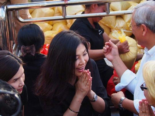 Cựu Thủ tướng Yingluck Shinawatra (giữa) cám ơn những người đến ủng hộ mua gạo giúp bà tại Bangkok hôm 5-11 Ảnh: Khaosod English