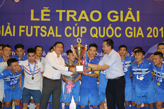 Ông bầu Trần Anh Tú của Thái Sơn Nam nhận cúp vô địch.Ảnh: Quang Liêm