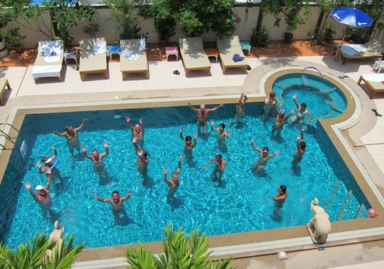 Các du khách tại khách sạn khỏa thân Chan Resort - Thái Lan. Ảnh: PR.com