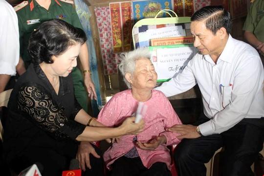 Chủ tịch Quốc hội Nguyễn Thị Kim Ngân đến động viên, thăm hỏi, trao quà cứu trợ cho bà Nguyễn Thị Tỉu (84 tuổi, ở xóm 6 xã Hòa Hải). Ảnh QD