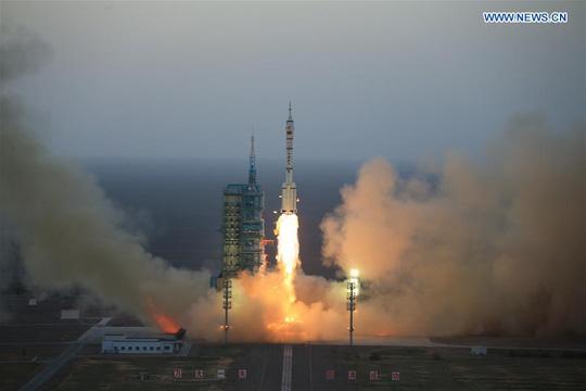 Tên lửa Trường Chinh 2-F đẩy Thần Châu 11 rời bệ phóng hôm 17-10. Ảnh THX