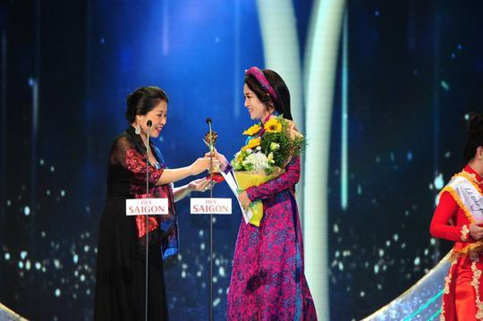 Ca sĩ Thanh Thúy nhận giải Ca sĩ hát nhạc truyền thống cách mạng được yêu thích nhât tại lễ trao Giải Mai Vàng 21-2015. Ảnh: Hoàng Triều