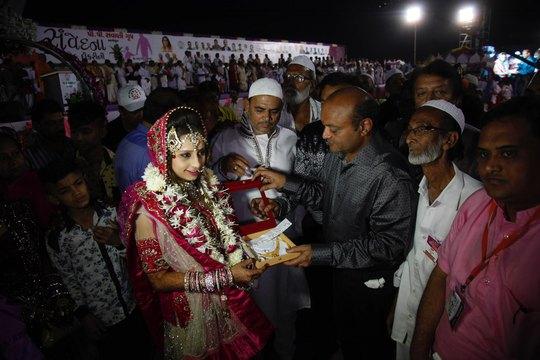 Tỉ phú Mahesh Savani tặng quà cho 1 cô dâu. Ảnh: AP
