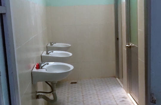 Bên trong khu nhà vệ sinh của Trường Tiểu học Giai Xuân 3. Ảnh: Thế Phong